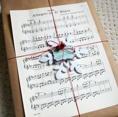 Pretty kraft paper & sheet music gift wrap design❣ (Free Download) Kathy Martin ▪ Card-Blanc