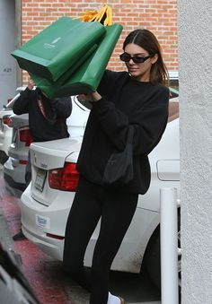 Kendall Jenner wearing a Oversized black sweatshirt with a woolen fabric, extra long sleeves, brand logo, a crew neck and ribbed trim hem Kendall Jenner Outfits, Kendall And Kylie, Casual Dress Outfits, Fashion Outfits, Fashion Weeks, Fashion Clothes, Summer Outfits, Handpoked Tattoo, Model Outfits