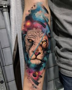 Fascinantes y exactos tatuajes en acuarela para hombres Watercolor tattoos for men are usually great works that use colors to add expressiveness and originality to certain traditional images. Hand Tattoos, Cool Forearm Tattoos, Leo Tattoos, Body Art Tattoos, Forearm Tattoo Design, Tatoos, Trendy Tattoos, Tattoos For Guys, Tattoos For Women