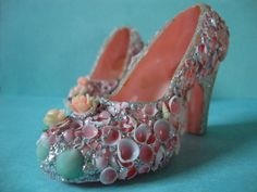 Vintage Pink Seashell Shoes by PinkRosebuds on Etsy Seashell Ornaments, Seashell Art, Seashell Crafts, Mermaid Shoes, Mermaid Diy, Seashell Wind Chimes, Muses Shoes, Fairy Shoes, Mermaid Parade