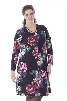 Exelle | This knee-long jersey dress with long sleeves has a vertical seam in front. The dress has a round neckline with an extra cord as if you are wearing a necklace. Available in several prints. Made from a high-quality viscose/elastane jersey.