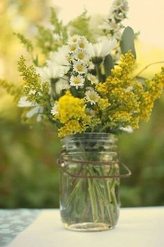 Rustic wedding flower arrangement with wild daisies and other wildflowers. Perfect for a bouquet or centerpiece in your country wedding. Fresh Flowers, Wild Flowers, Beautiful Flowers, Yellow Flowers, Summer Flowers, Rustic Flowers, Simple Flowers, Yellow Wildflowers, Table Flowers