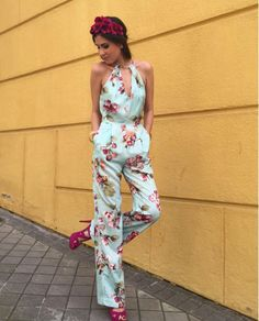 Mery Turiel con mono estampado de flores frambuesas, diadema y zapatos en el mismo tono. ¡Echa un vistazo a nuestros vestidos frambuesas de otoño/invierno! #tiendagijon #apparentiate #invitadasboda#invitadasbautizo #invitadascomunion
