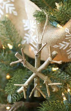 deko zu weihnachten zweige holz schneeflocken weihnachtsbaum leinen
