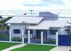 Fotos de telhados casas simples e pequenas | Decorando Casas Garage Doors, Interior, Outdoor Decor, Home Decor, House Ideas, Roof Styles, House Beautiful, House Entrance, Modern House Facades