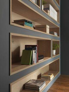 déco minimaliste, peinture murale grise, étagères en bois intégrées