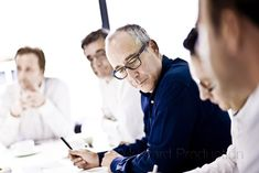 relaxed style corporate photography (group, collaboration, at work)