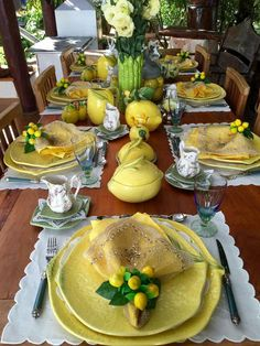 27 DIY Summer Table Decoration For Summer Parties Sumcoco Summer Table Decorations, Lemon Party, Lemon Kitchen, Beautiful Table Settings, Dinning Table, Kitchen Dining, Easter Table, Table Arrangements, Deco Table