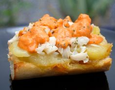 Tostada de patatas, bacalao y romescu