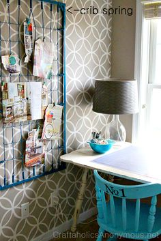 I wish I had kept my old crib mattress! What a great idea crib spring memo board. Turn an old crib spring into a cute memo board with some spray paint. This article has tons of ways to reuse old Cribs. Ideas Paneles, Crib Spring, Old Cribs, Diy Casa, Space Crafts, My New Room, Home Design, Wall Design, Home Organization