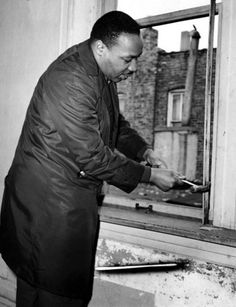 helps remove a window frame while renovating an apartment at 1321 S., in Chicago in King moved into a West Side apartment at 1550 S. Hamlin Avenue to highlight housing segregation issues in Chicago. Martin Luther King, Black History Facts, Black History Month, Southern Christian Leadership Conference, Coretta Scott King, Vintage Black Glamour, By Any Means Necessary, Civil Rights Movement, Chicago Tribune