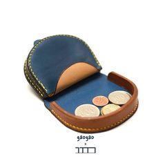 [W-022] 말발굽 동전지갑 . 베지터블 (컬러 조합) 9 x 7 x 2 . 말발굽 동전지갑 변형? 디자인에 조금 변경을 주면서 제작중에 있습니다. 최근 몇일동안  젬부라더(저와 같이 공방)의 동전지갑 작업이 한창이라 옆에서 같이 만들어 보고 있습니다. 일본 핸드메이드 샵에 소량으로 테스트겸 납품을 해보려고 아이템을 준비중인데 일본쪽은 많이 사용하는 가죽 소품이 동전지갑, 열쇠고리(키홀더?)라고 관련 소품을 만들었으면 한다는 말에 말발굽 동전지갑의 연구가 시작되었습니다. 만들때 마다 느끼지만 까다로운 동전지갑입니다. 대량으로 (공방에서는 2개만 넘어가도....ㅎㅎ;;) 작업할때 공정을 확인하고 디자인 업그레이드를 위해 작업 중입니다. . . #꾹공방 #꾹가죽공방  #연남동가죽공방  #홍대가죽공방  #가죽공방 #주문제작 #가죽지갑 #가죽가방  #Leathercraft  #Saddlestitching  #boxstitching #핸드메이드 #동전지갑 #연남동가죽공방