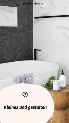 Wer sagt, dass ein kleines Bad nicht schick und gemütlich gestaltet werden kann? Avantgardistische Details, kräftige Farbakzente, platzsparende Gegenstände und ein paar Wellness-Utensilien helfen Dir dabei. So kannst Du mit wenigen Handgriffen Dein kleines Bad einrichten und in eine Wohlfühloase verwandeln. Mini Bad, Bath Mat, Bathtub, Wellness, Home Decor, Dark Rooms, Small Baths, Couple, Chic