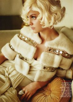 Women and girls with blonde hairs are also looking for some sexy short hairstyles which they can try on their hair. Here is the gallery of some beautiful blonde short hair styles Short Curly Hair, Curly Hair Styles, Curly Bob, Short Wavy, Short Blonde, Looks Party, Mode Glamour, Fur Fashion, Fashion 2017