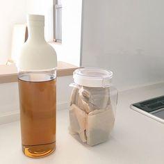 3LDKの保存容器/収納/暮らしを楽しむ/シンプルインテリア/シンプルライフ/シンプル…などについてのインテリア実例を紹介。「常備飲料の麦茶。 シンプルボトルにシンプルな保存容器で。」(この写真は 2017-01-15 00:44:40 に共有されました)