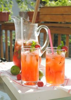 Non-alcoholic Strawberry Mojitos! These look super-refreshing. If you want alcohol, add some rum or vodka. Fruity Drinks, Fancy Drinks, Non Alcoholic Drinks, Refreshing Drinks, Healthy Drinks, Beverages, Strawberry Punch Recipes, Strawberry Mojito, Summertime Drinks