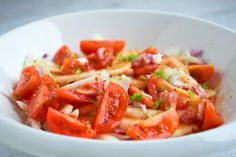 Knackig-frischer Fenchelsalat mit Cherry-Tomaten. Das Rezept lässt sich einfach und schnell zubereiten.