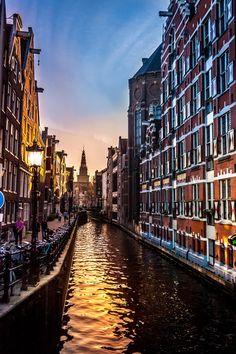 Oudezijds Kolk canal, Amsterdam, The Netherlands