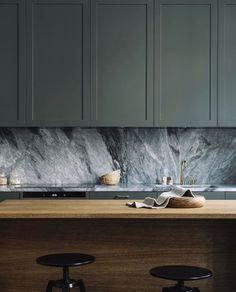 Ce vert donne de l'intensité à cette cuisine en bois contemporaine