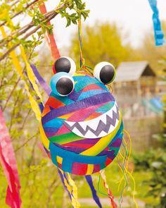 """Monster-Piñata mit Papiermaché (Idee mit Anleitung – Klick auf """"Besuchen""""!) - Die nächste Kindergeburtstagsfeier wird ein Hit mit einer selbstgebastelten Piñata. Piñatas sind der Renner auf jeder Kinderparty. Mit verbundenen Augen wird auf die mit Süßigkeiten gefüllte, aufgehängte Piñata eingeschlagen, bis sie zerbricht und es Süßes regnet. Das macht riesig viel Spaß!"""