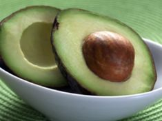 The avocado is a unique fruit with lots of good fats and multivitamins. Check here the Multilpe benefits of Avocado. Smoothie Detox, Smoothies, Avocado Smoothie, Smoothie Bowl, Carrot Cream, Avocado Health Benefits, Avocado Cream, Avocado Oil, Avocado Boats