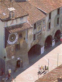 La piazza dell'orologio e al torre medievale di Clusone - Bergamo