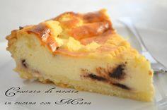 la crostata di ricotta è una squisita torta a base di pasta frolla ripiena di una crema di ricotta aromatizzata con cannella e gocce di cioccolato fondente.