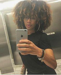 Big hair and cute glasses. Pelo Natural, Natural Hair Tips, Natural Hair Journey, Natural Hair Styles, Natural Hair Highlights, Pelo Afro, 4c Hair, Natural Hair Inspiration, Afro Hairstyles