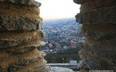 FOTO Ce pot vedea turiştii care ajung în Cetatea Devei. Atracţiile oraşului, admirate de la înălţime http://adevarul.ro/locale/hunedoara/foto-vedea-turistii-ajung-cetatea-devei-atractiile-orasului-admirate-inaltime-1_54b81d67448e03c0fda200c6/index.html