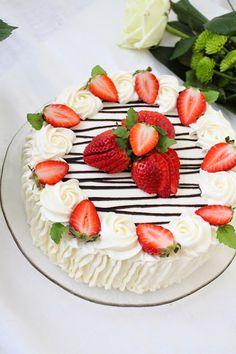 Pienet herkkusuut: Äitienpäivän mansikkakakku Cake Decorating Frosting, Cake Decorating Designs, Strawberry Cream Cakes, Strawberry Desserts, Baking Recipes, Cake Recipes, Dessert Recipes, Strawberry Cake Decorations, Cake Decorating With Strawberries
