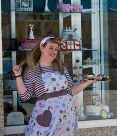 Sandra, la gran protagonista del proyecto Los Macarons. Una artista. Pastelería asociada a www,apanymantel.com para cubrir Málaga capital a domicilio.