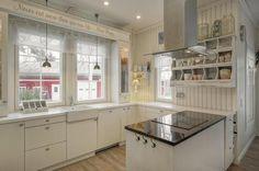 Upea maalaisromanttinen keittiö pehmeillä väreillä ja kauniilla keittiökalusteilla. http://www.jokakoti.fi/kohde/fdfa0
