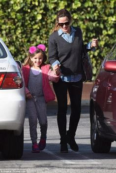 Combo: Jennifer meanwhile wore a pair of black jeans and grey v-necked sweater Jennifer Garner Style, Jennifer O'neill, Jennifer Garner Ben Affleck, Pom Pom Headband, Viking Warrior, Celebs, Celebrities, Father And Son, Daughters