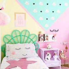 Olha como pintar e decorar a parede muda totalmente o quarto! Imagine se a parede fosse branca... Quarto lindo by @fee_loves_  Dá um pulinho aqui na loja para ver muitas lindezas também! www.mooui.com.br by amomooui