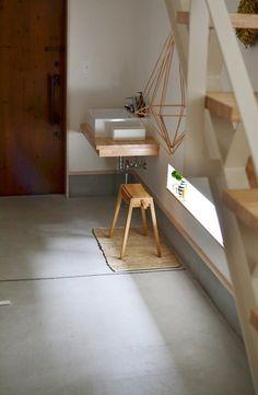 * スタッキング スツール で土間のインテリア * めがねとかもめと北欧暮らし Entrance Foyer, House Entrance, Wooden Cottage, Natural Interior, Muji Style, House Landscape, Small Places, Laundry In Bathroom, Apartment Design