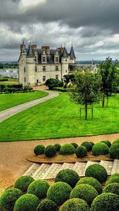 Chateau Amboise, France Photo by Tom Kulich. Oh, to be able to see the Loire Valley chateaux! Beautiful Castles, Beautiful Places, Amazing Places, Places Around The World, Around The Worlds, Photo Chateau, Belle France, Loire Valley, Parcs