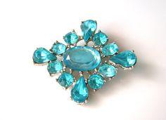 vintage rhinestones: brooch, 1940s to 1960s, wonderful blue rhinestones, plastic door BunaderVintageShop op Etsy https://www.etsy.com/nl/listing/215421529/vintage-rhinestones-brooch-1940s-to