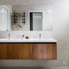Corian taso kylpyhuoneessa upotetuilla altailla. Helsinki, Double Vanity, Bathroom Lighting, Bathtub, Mirror, Furniture, Instagram, Home Decor, Blue