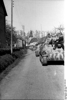 Juni 1944 - Frankreich/Belgien (Flandern).- Kolonne erbeuteter französischer Panzer Somua S-35 der deutschen Wehrmacht bei Fahrt auf Landstraße