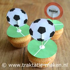 Afbeelding van de traktatie Voetbal Birthday Treats, Party Treats, 1st Birthday Parties, Soccer Cupcakes, Hockey Party, Little Presents, School Treats, Kids Corner, Cupcake Toppers