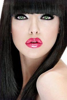 Espectacular esta combinación, destacando los ojos verdes con un delineador negro y labios fucsia brillante.