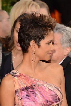 Retro Hairstyles Photo of - Photo of Halle Berry Shows Some Leg at the 2013 Golden Globes Halle Berry Haircut, Halle Berry Pixie, Long Hair Tips, Long Curly Hair, Curly Hair Styles, Retro Hairstyles, Classic Hairstyles, Wig Hairstyles, Short Hair Cuts