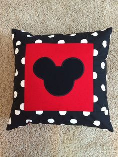 Polka dot and red decorative pillow case. Personalized upon request Mickey Mouse Bedroom, Mickey Mouse Crafts, Mickey Mouse Christmas, Mickey Minnie Mouse, Mickey Mouse Quilt, Disney Pillows, Disney Quilt, Disney Diy, Disney Crafts
