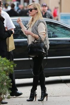 Reese Witherspoon wearing Saint Laurent Duffle Bag, Gianvito Rossi Patent Leather Cuffed Ankle Boots and Frame Denim Le Color Skinny Jeans in Film Noir
