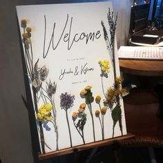 Welcome Board welcomes guests, and the number of brides doing DIY is increasing recently! For brides who want to create a stylish welcome board that incorporates trends, here are some of the most popular welcome board designs * Wedding Welcome Board, Welcome Boards, Welcome Table, Happy Weding, Wedding Flower Decorations, How To Preserve Flowers, Wedding Signage, Diy Flowers, Wedding Designs