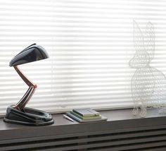 Rééditée par New Jumo Concept, voici la lampe JUMO Classique noire !  Classique et élégante, cette lampe de table, au style vintage, possède une base et un socle en Bakélite noir. #luminaire #design #designcontemporain #contemporarydesign #nedgis  #luminairedesign #JUMO #newjumoconcept #lighting #annees40 #metal #designindustriel #industrialdesign #bakelite #laiton #brass #lampedebureau #desklamp #AndréMounique #noir #black #desk #bureau