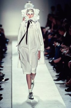 Comme des Garçons Spring 2002 Ready-to-Wear Fashion Show - Madelaine Hjört (CITY)