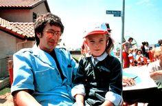 Steven Spielberg com a pequena Drew Barrymore durante as gravações de E.T. - O Extraterrestre, em 1982