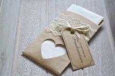 **Die Gestaltung**:   In einem Tütchen aus Kraftpapir verpackt ist ein Taschentuch der Größe (gefaltet) 10,5 x 5,5 cm für die Freudentränen eurer lieben Gäste. Das Kärtchen aus Kraftpapier...