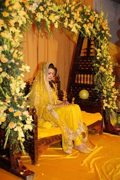 Brides pay special attention to these mehndi dresses too like wedding day outfit. They pick up the most stylish mehndi dress ever which suits them and also comes with unique designs. Mehndi Outfit, Mehndi Ceremony, Haldi Ceremony, Indian Bridal Wear, Pakistani Bridal, Pakistani Dresses, Indian Dresses, Shadi Dresses, Bridal Lehenga